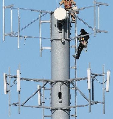 telus-installing-cellular-antenna